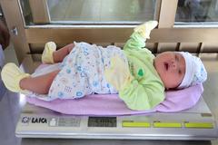 Vừa chào đời, bé trai Quảng Ninh đã to bằng trẻ 3 tháng khiến bác sĩ ngỡ ngàng
