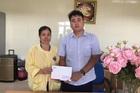 Trao hơn 21 triệu đồng đến em Lê Thị Thắm bị ung thư xương