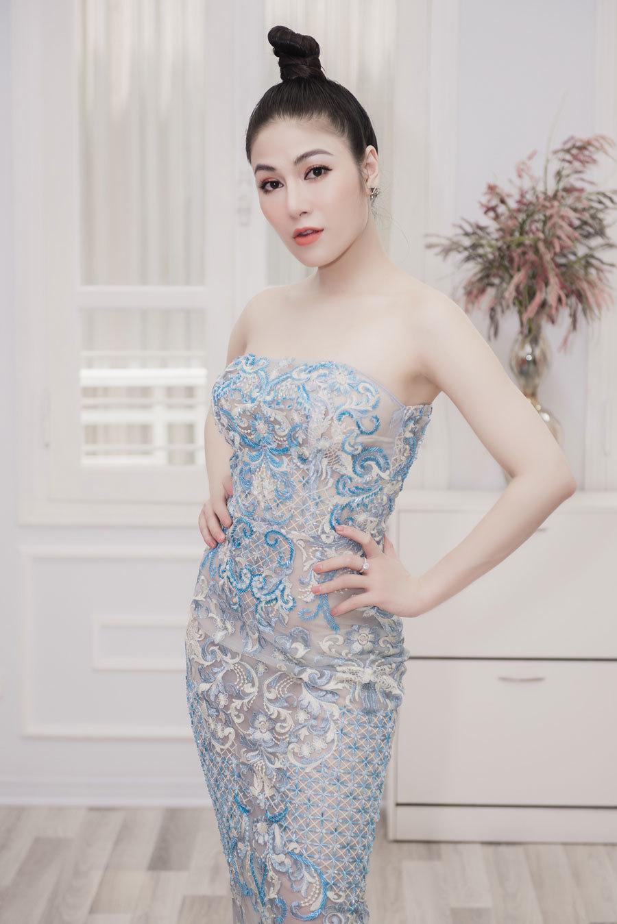 Người đẹp xứ Thanh mang 50kg trang phục dự LHP Cannes