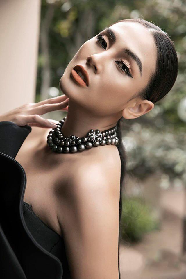 Võ Hoàng Yến tư vấn catwalk cho thí sinh hoa hậu