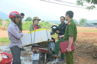Kỳ lạ: Phóng điện bắt giun, mổ bụng phơi khô bán cho người bí ẩn