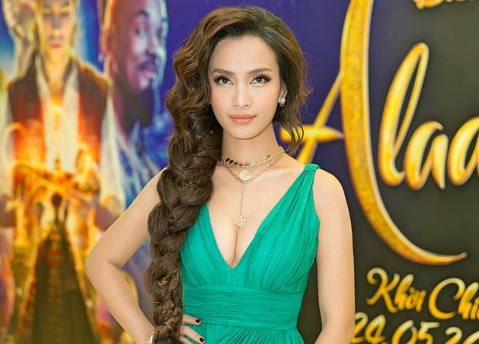 Ái Phương diện váy sexy trang điểm như công chúa ra mắt bom tấn Hollywood 'Aladdin'