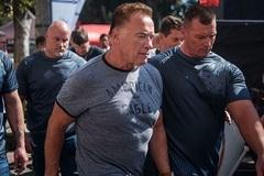 'Kẻ hủy diệt' Arnold Schwarzenegger bị đạp thẳng lưng ngã sấp mặt