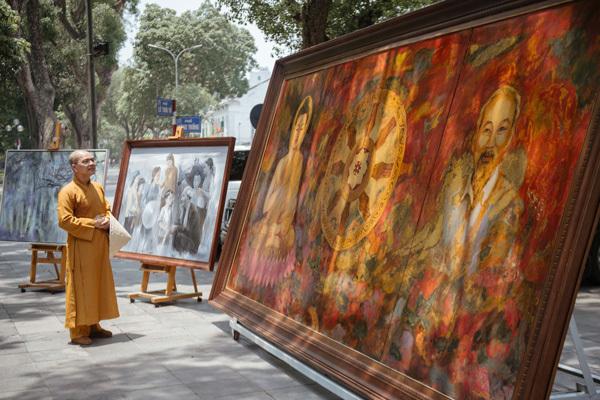 Trưng bày bức tranh 'Đạo pháp và dân tộc'