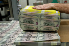 Tỷ giá ngoại tệ ngày 17/4: USD giảm giá khi vàng chiếm đỉnh