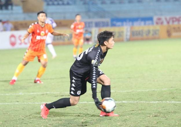 Khoảnh khắc Bùi Tiến Dũng vào lưới nhặt bóng ở trận ra mắt Hà Nội