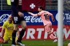 Messi lập cú đúp trong 2 phút, Barca thoát thua trận hạ màn