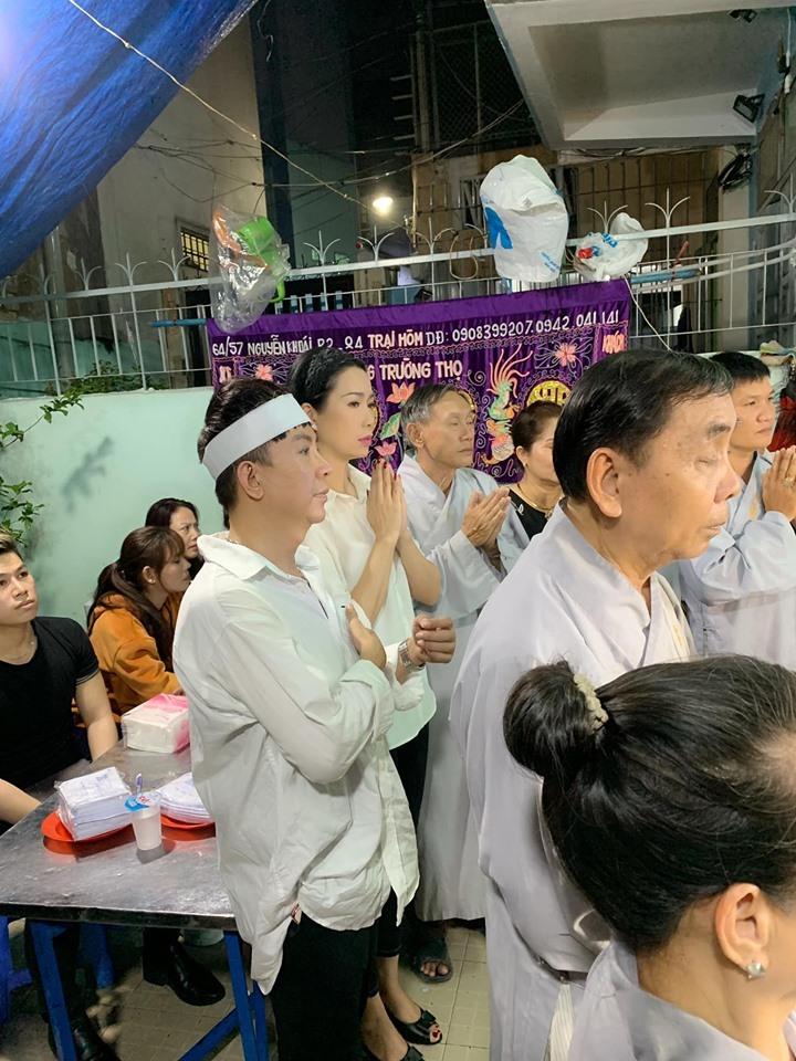 Long Nhật đội khăn trắng trong tang lễ ca sĩ Vương Bảo Tuấn