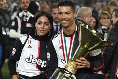 Bạn gái xuống sân ăn mừng cúp vô địch Serie A cùng Ronaldo