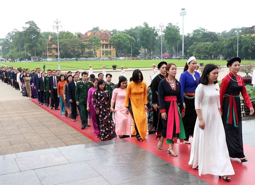 Các đại biểu Quốc hội vào Lăng viếng Chủ tịch Hồ Chí Minh