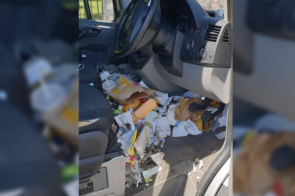 Để rác ngập cabin ô tô, tài xế bị phạt tiền