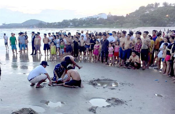 Two school boys drown after swimming at beach in Binh Thuan