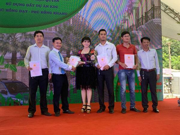 Bình Dương: Trao sổ hồng dự án Phú Hồng Khang, Phú Hồng Đạt
