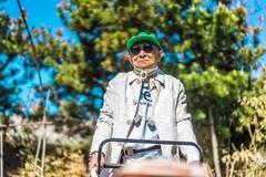 Cụ ông 84 tuổi cực chất, xài hàng hiệu không thua kém giới trẻ