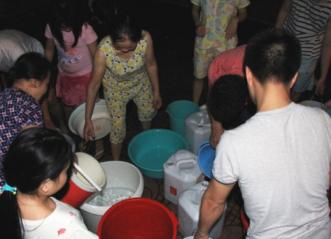 Giữa chảo lửa Hà Nội nắng bỏng rát, dân chung cư vật vã vì thiếu nước