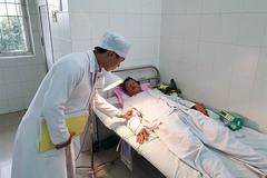 Bệnh nhân đầu tiên ở miền Tây được nối mạch máu vi phẫu không cần kim khâu