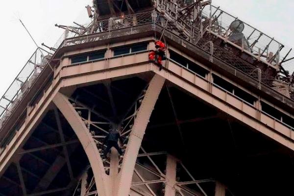 """""""Người nhện"""" cheo leo trên tháp Eiffel, du khách sơ tán"""