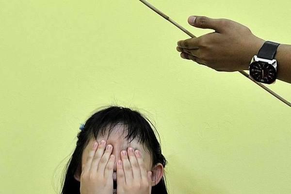 Singapore cho phép giáo viên phạt học sinh bằng đòn roi