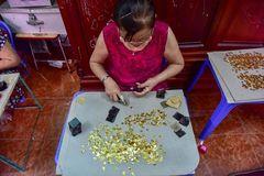 Bí mật làng nghề 'đập' chỉ vàng thành một tấm lá vàng rộng 1m2 ở Việt Nam