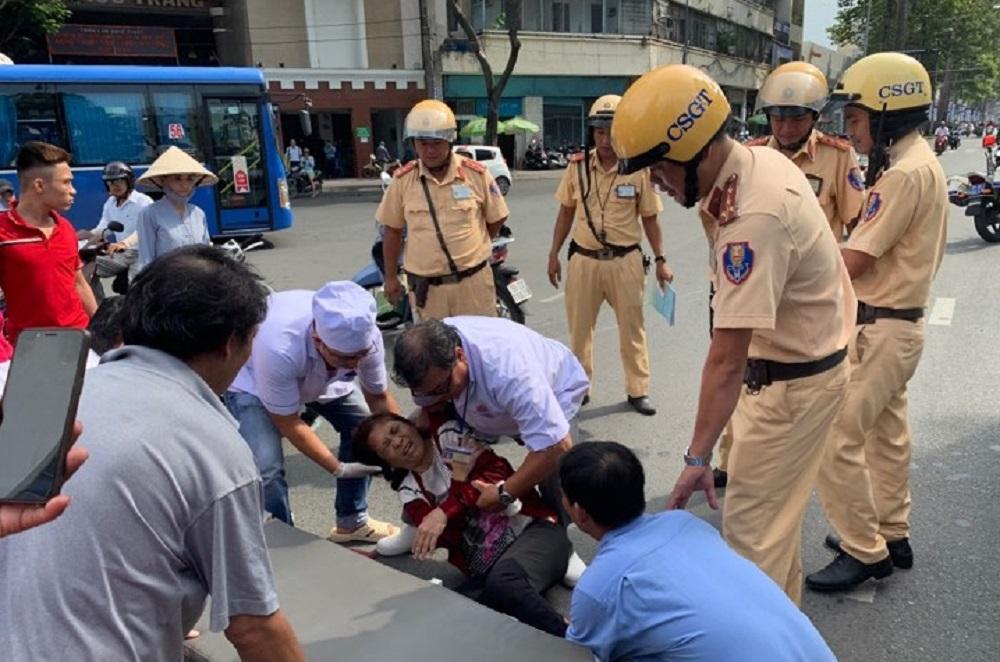 CSGT cứu người phụ nữ bị tai nạn nằm đau đớn giữa đường Sài Gòn
