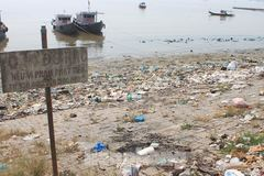 Thanh Hoa coast drowned in rubbish