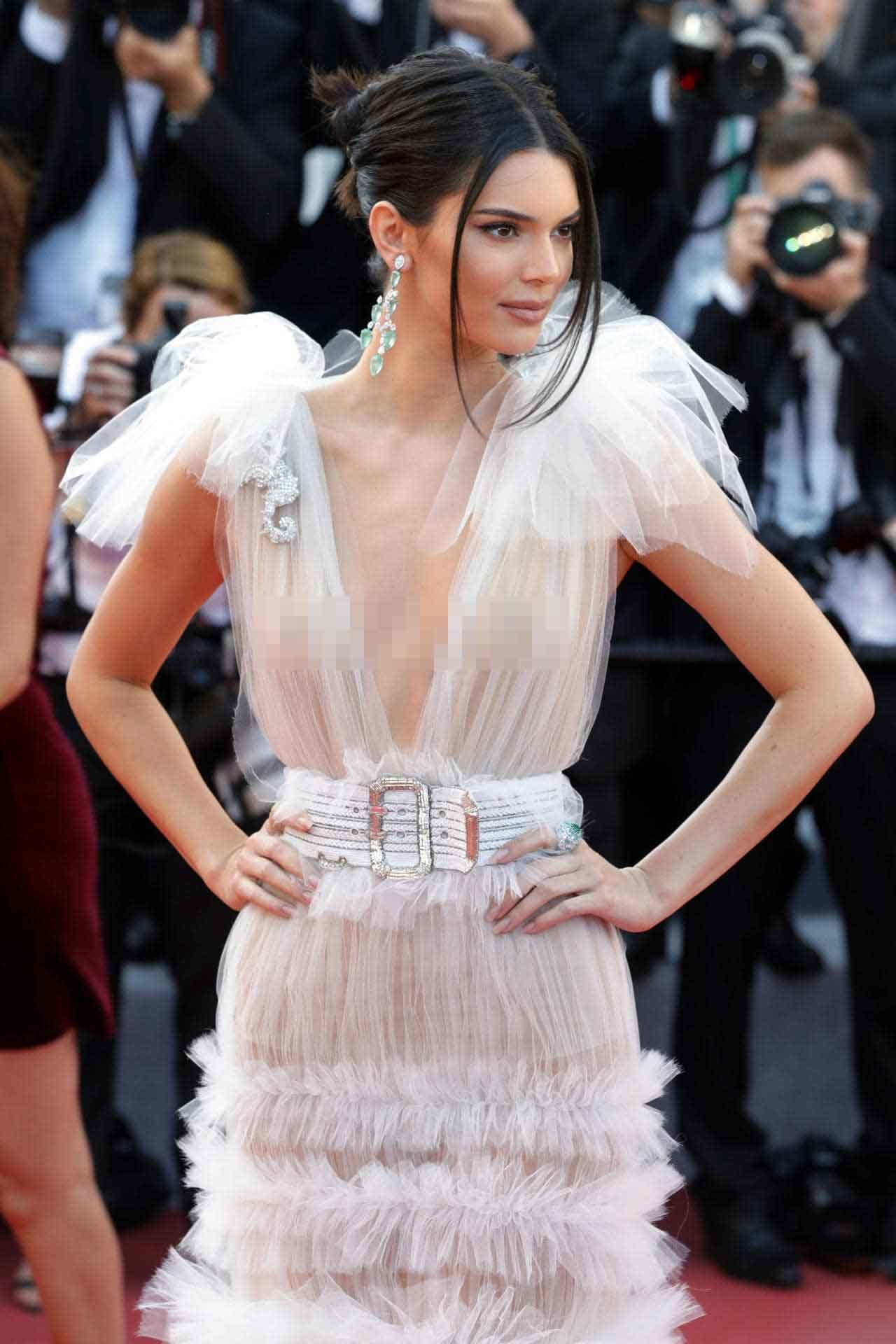 Nhiều người đẹp chuộng mốt xuyên thấu 'mặc như không' giống Ngọc Trinh