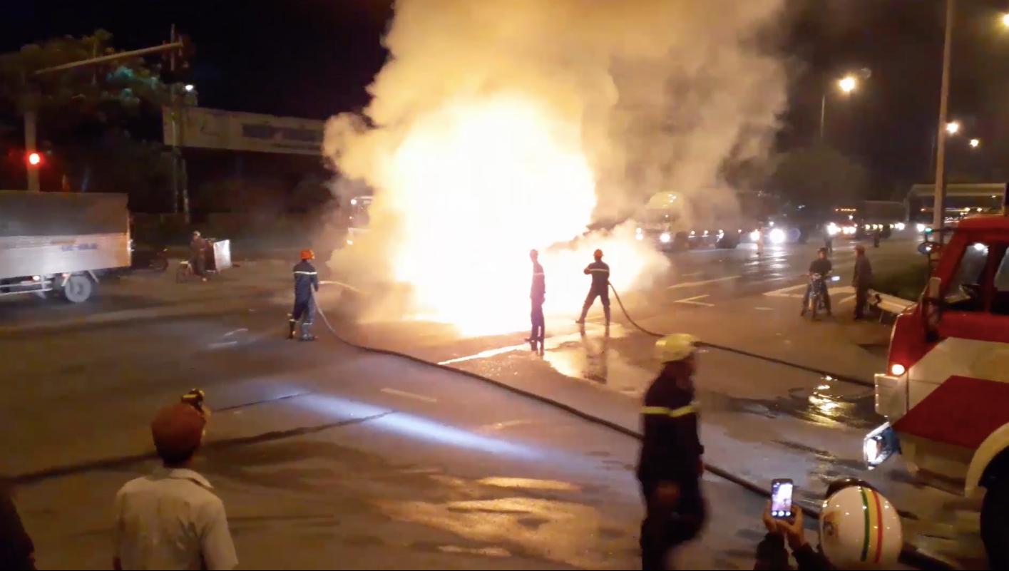 Chờ đèn đỏ, xe 4 chỗ bốc cháy ngùn ngụt