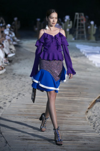 Younhee Park launches new collection at Ha Long bay fashion show