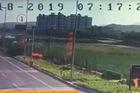 Xem chiến cơ Trung Quốc đâm xuống đất, nổ tung