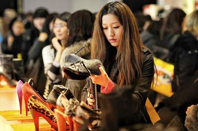 Chưa có sự nghiệp, thế hệ Z ở Trung Quốc vẫn vung tiền mua sắm xa xỉ