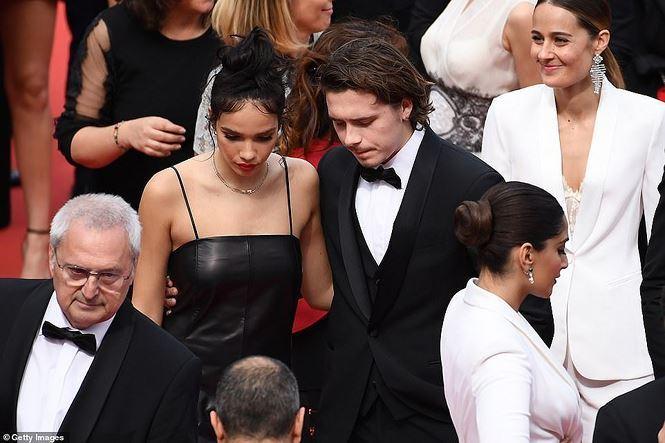 Quý tử nhà Beckham hôn bên bạn gái hơn tuổi trên thảm đỏ Cannes