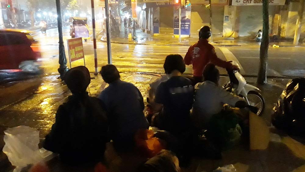 Bất ngờ về nhóm người vô gia cư nhận quà từ thiện trên phố đêm Hà Nội