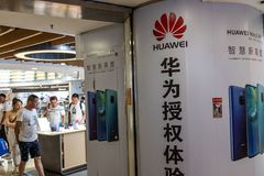 Bị Mỹ cô lập, Huawei có hết cửa, bó tay ngồi chờ?