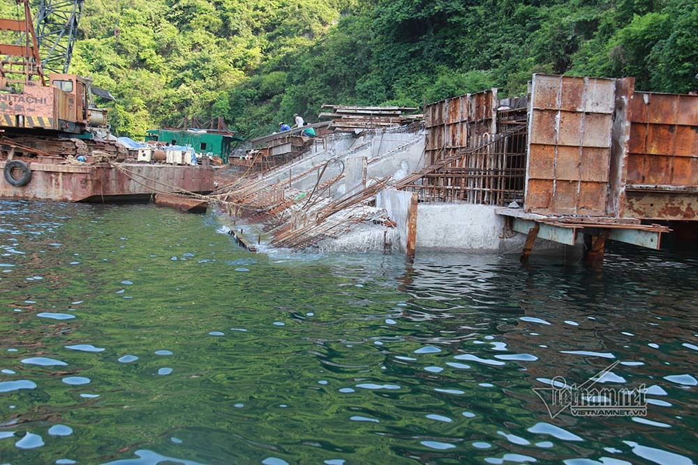 Bến tàu động Mê Cung và hang Tiên Ông chình ình ở vịnh Hạ Long