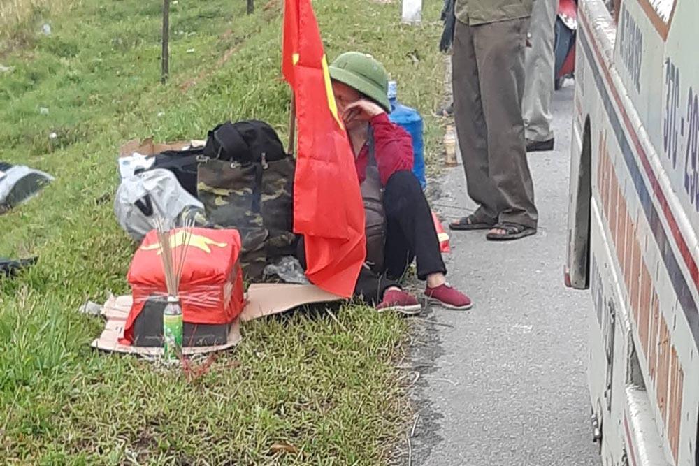 Xe chở hài cốt liệt sĩ lao xuống ruộng ở Hà Tĩnh