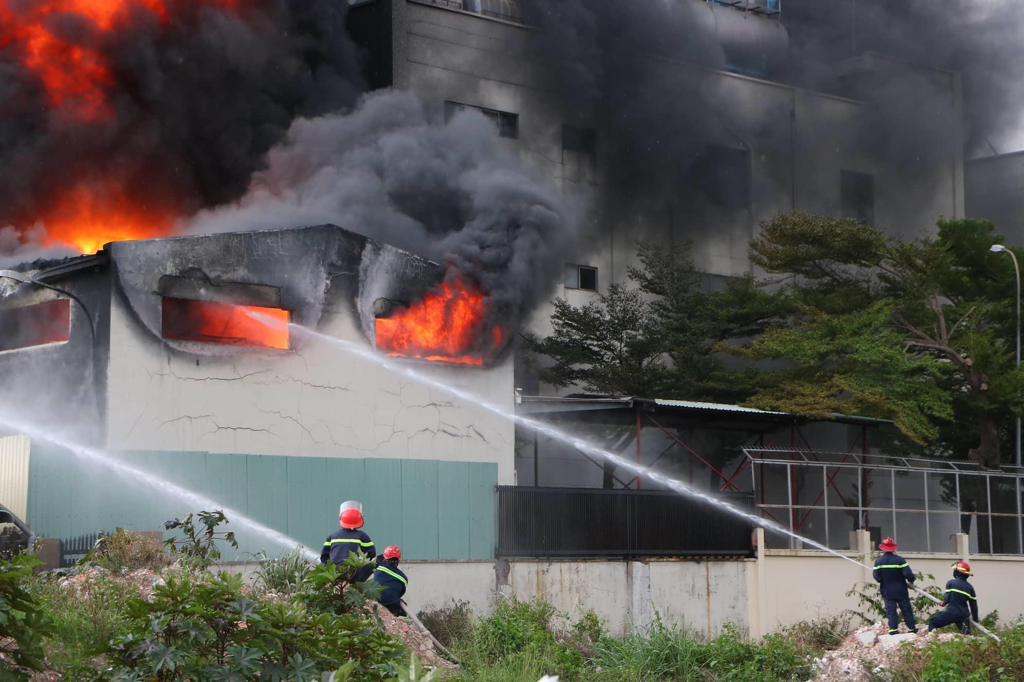 Cháy dữ dội công ty băng keo, khói đen cuồn cuộn cao hàng chục mét