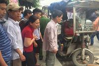 Hà Nội: Xe ba gác đổ dốc lật nghiêng đè chết người đi xe máy