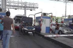 Lái xe chặn trạm thu phí BOT ở Cần Thơ