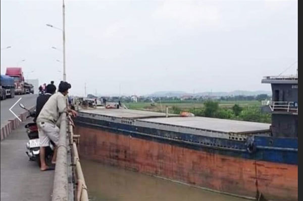 Vessel with oversized cargo crashes into bridge in Hai Duong