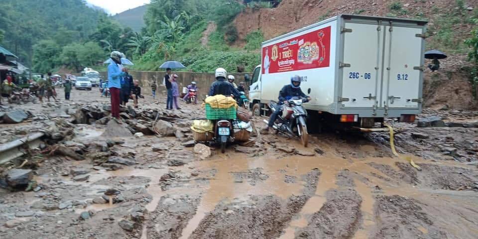 Mưa lớn gây sạt lở, ách tắc nhiều giờ trên quốc lộ qua Sơn La