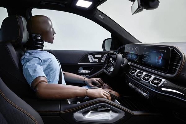 Ô tô Mercedes tự lái, nhàn tênh vì có robot bảo vệ