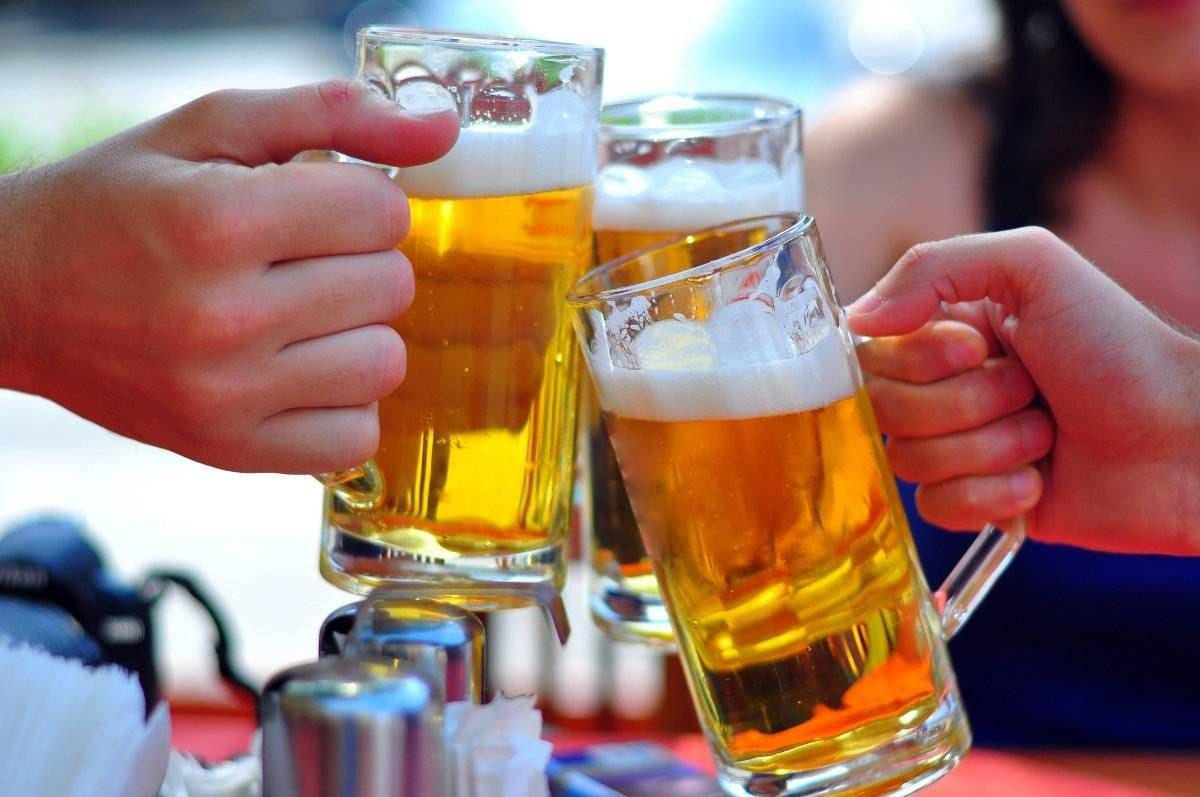 Cấm quảng cáo rượu bia có hạn chế dân bớt uống?