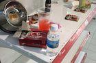 Nhân viên Auchan 'ngán ngẩm' nhìn khách bóc bánh kẹo, nước ngọt ăn uống tại chỗ