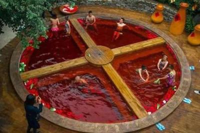 Ngâm mình trong 'nồi lẩu' cay đỏ rực ở Trung Quốc