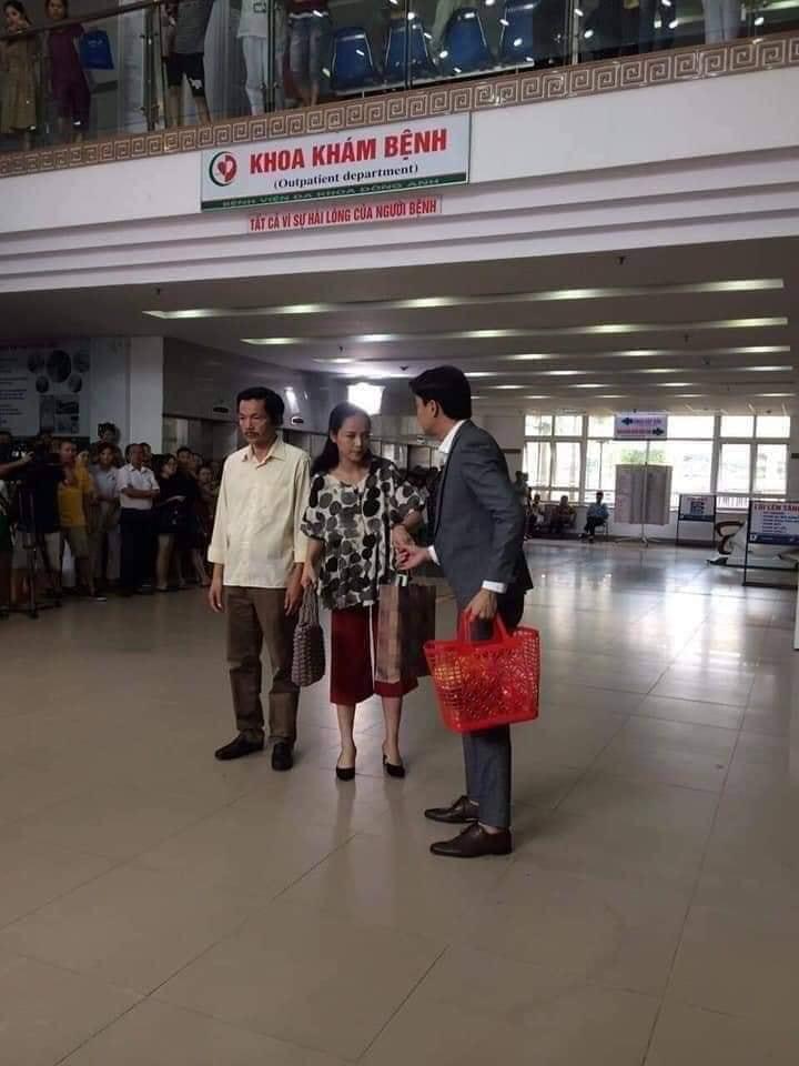 Khán giả vây kín đoàn phim 'Về nhà đi con' khi quay cảnh Vũ đưa Thư đi đẻ