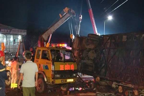 Lật xe khách tại Đồng Nai, 2 người chết, 17 người bị thương