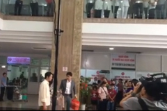 Khán giả vây kín đoàn phim 'Về nhà đi con' khi quay cảnh Vũ đưa Thư đi đẻ ở bệnh viện
