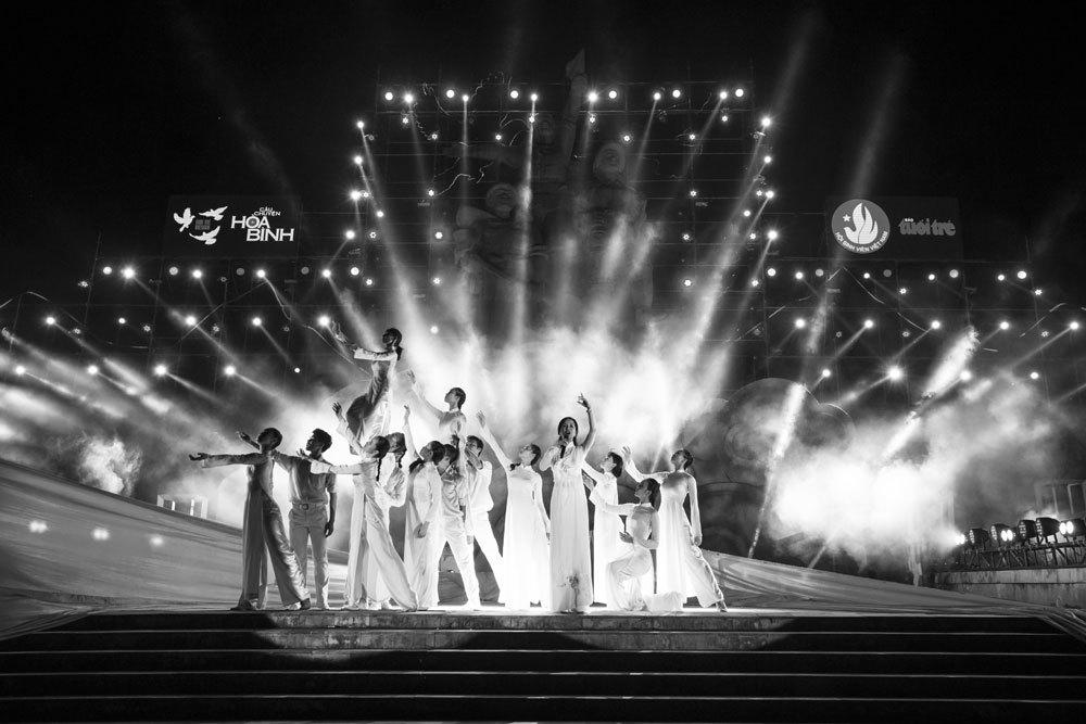 Hồng Nhung, Mỹ Tâm mặc đồ trắng hát 'Câu chuyện hòa bình'
