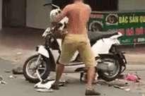 Vợ đi chơi với nhân tình, chồng mang xe máy ra giữa đường đập nát hét lớn: 'Hát hò này, vui chơi này'