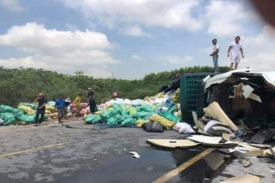 3 xe container va chạm, 1 chiếc lật chắn ngang quốc lộ ở Hà Tĩnh